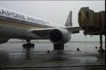 Máy bay Singapore Airlines bị bão Rammasun thổi dạt ở Manila