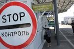 Binh sĩ Ukraine phá hủy vũ khí, kho đạn dược trước khi thoát sang Nga