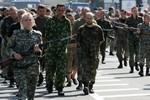 Phe ly khai Ukraine đưa hàng chục tù binh diễu hành trên đường phố