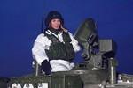 Video: Cựu điệp viên Nga múa dao, lái xe tăng T-80