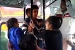 Video: Hai cô gái Ấn Độ đốn ngã 3 gã quấy rối trên xe bus