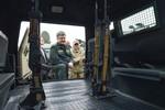 Poroshenko thăm Kharkiv bàn giao 100 vũ khí hạng nặng cho quân đội