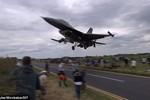 Video: Hoảng hốt vì F-16 bay sát trên đầu