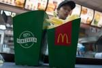 Tá hỏa vì thấy răng người, mảnh nhựa trong thức ăn McDonald