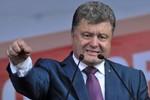 """Poroshenko suýt khóc cầm mảnh kim loại thủng cáo buộc Nga là """"khủng bố"""""""