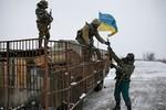 Lính đầu hàng, quân đội Ukraine xem xét rút khỏi Debaltseve