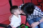 Đan Trường tình cảm hôn con trai nuôi của 'tình cũ'
