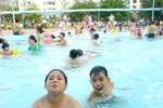 """Bể bơi tung chiêu """"dìm hàng"""" nhau để câu kéo khách mùa nóng"""