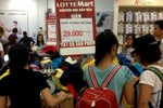 Bất ngờ Lotte Mart bán quần áo theo cân: 29.000 đồng/100gr