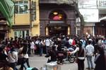 """Hàng nghìn người chen lấn """"ăn"""" sushi miễn phí, chủ quán nói gì?"""