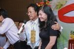 Danh ca Chế Linh ôm chặt vợ nói lời cảm kích