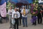 Showbiz Việt:Ca sĩ cát sê trăm triệu, nhạc sĩ chết không quan tài chôn