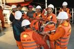 Cấp cứu ngư dân bị nạn trên vùng biển Đông Nam quần đảo Hoàng Sa