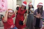 Các nữ giảng viên Đại học Duy Tân trao quà Noel sớm cho trẻ em ung thư