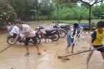 Nhiều giáo viên Hương Khê vẫn bám trường, khắc phục sự tàn phá của lũ