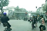 Sinh viên đi bộ băng qua đường, không dùng cầu vượt