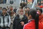 'Dị nhân' tóc búi hình rồng, rắn xuất hiện ở hội Lim