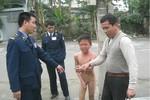 Một bé trai bị bố lột truồng, làm nhục giữa trời rét
