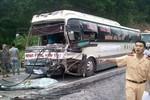 Hàng chục người may mắn thoát chết trong vụ xe tải đấu đầu xe khách