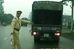 Vượt trái xe tải hỏng bị cảnh sát giao thông thổi phạt