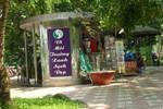 """""""Mưu sinh"""" bên cạnh nhà vệ sinh công cộng ở hồ Gươm"""