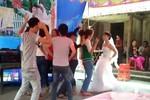 """Video: Phát hoảng với cô dâu lên """"sàn"""" nhảy bốc lửa trong đám cưới"""