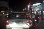 Video: Tài xế taxi Mai Linh ra tay đấm gục người đi xe máy