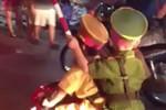 """Video: 2 cậu bé mặc """"sắc phục công an"""" chạy xe, tuýt còi inh ỏi"""