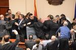 Nhóm Nghị sĩ đối lập túm cổ, bao vây Chủ tịch Quốc hội Macedonia