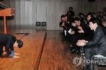 Thị trưởng Seoul quỳ cảm ơn các cấp dưới