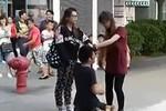 Video: Nữ sinh liên tục túm tóc bạt tai bạn trai giữa phố