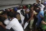 1 tỉnh 10 ngàn người chết, cướp bóc hoành hành Philippines sau bão 14