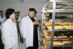 Ảnh: Kim Jong-un thị sát xưởng làm bánh nhân Ngày của Mẹ