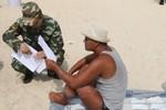 """Cảnh sát chống khủng bố dàn khắp bãi biển chống """"tắm truồng, thả rông"""""""