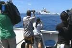 Video: Tàu Philippines chọc thủng vòng vây tàu Trung Quốc ở bãi Cỏ Mây
