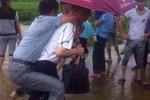 Mất chức Phó Chánh văn phòng TP vì bắt cấp dưới cõng cho khỏi ướt giày