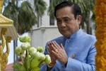 Thủ tướng Thái Lan dùng nước thánh và phong thủy cầu may