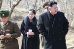"""Em gái Kim Jong-un """"diện"""" không kém chị dâu đi thị sát quân đội"""