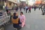 Phụ nữ trẻ xuống đường cho ôm lấy tiền cứu bạn trai