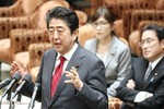 Thủ tướng Nhật thuyết phục ông Trump tăng cường hợp tác an ninh