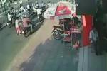 Video: Xe Camry cán hàng loạt người và xe dừng đèn đỏ