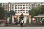 """""""Mối nguy hiểm"""" chết người trước cổng trường Đại học Thương Mại"""