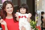Chồng Hoa hậu Trần Thị Quỳnh lần đầu tháp tùng vợ và con gái ra Hà Nội