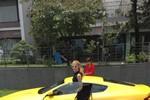 Andrea Aybar khoe xe Aston Martin - quà sinh nhật tuổi 18