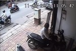 Video: Ăn trộm xe SH không thành bị chủ nhà cầm gạch đuổi tới tấp