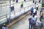"""Video: Ăn cắp """"mũ bảo hiểm"""" hai thanh niên bị phang ghế vào người"""