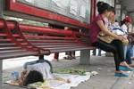 Chạnh lòng trước hình ảnh một em bé phải nằm ngủ ngoài đường