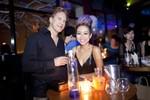 Thảo Trang 'xấu lạ' cùng bạn trai ngoại quốc khuấy động bar Hà Nội