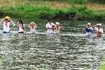 Lội sông đi học vì cầu tre thu phí