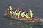 Trai gái sôi nổi đua thuyền trên sông Cu Đê